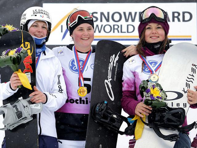Michela Moioli sul gradino più alto del podio dello Snowboardcross di Coppa del Mondo 2013 di Sochi (Foto GEPA Daniel Goetzhaber)