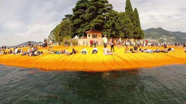Floating Piers di Christo. Foto: brescialeonessa (Youtube)